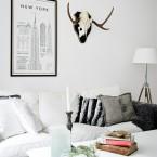 Przytulnie, na biało i po skandynawsku – aranżacja mieszkania z drewnem, skórą i akcentami vintage