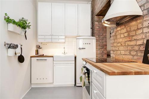 Jak urządzić mieszkanie z czerwoną cegłą, tapetą i jasnymi   -> Kuchnia Cegla Okap