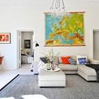 Białe mieszkanie w stylu skandynawskim z wielką mapą w aranżacji salonu :)