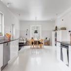 Aranżacja przestronnego domu z fascynującą podłogą niczym tafla w kuchni… :)