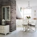 Elegancka i niezwykle inspirująca aranżacja mieszkania o pow. 85 m2 z ciemną cegłą na ścianie – before&after