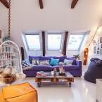 Mieszkanie na poddaszu z własną biblioteką  w stylu skandynawskim