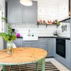 Przyjazna aranżacja mieszkania o pow. 60 m2 w odcieniach szarości z miętowym stolikiem w kuchni :)