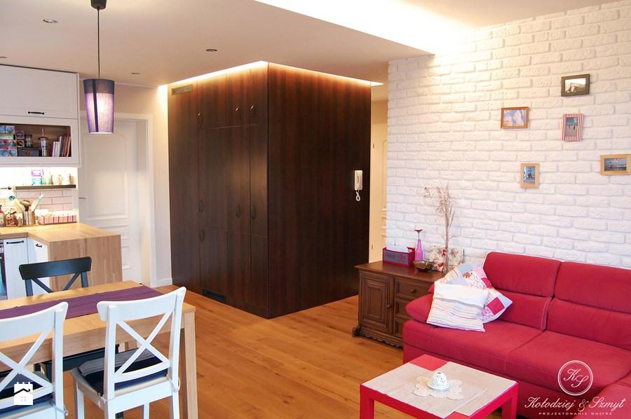 Jak umeblowa mieszkanie w styku tradycyjnym for Biala cegla w salonie