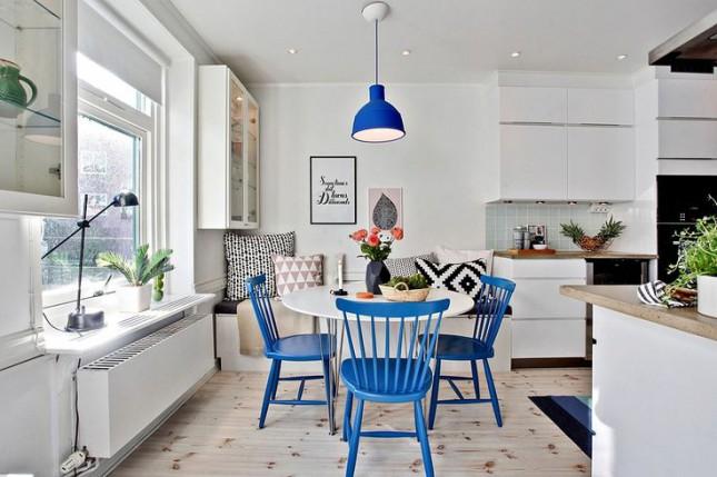ławka pzy stołe,kuchnia ze stołem,jadalnia w domu,stół do jadalni,stół biały z niebieskimi krzesłami,jak urządzić jadalnię w domu,jadalnia w salonie,nibieska lamoa nad stołem,niebieski kolor w jadalni,wybieramy stół i krzesla