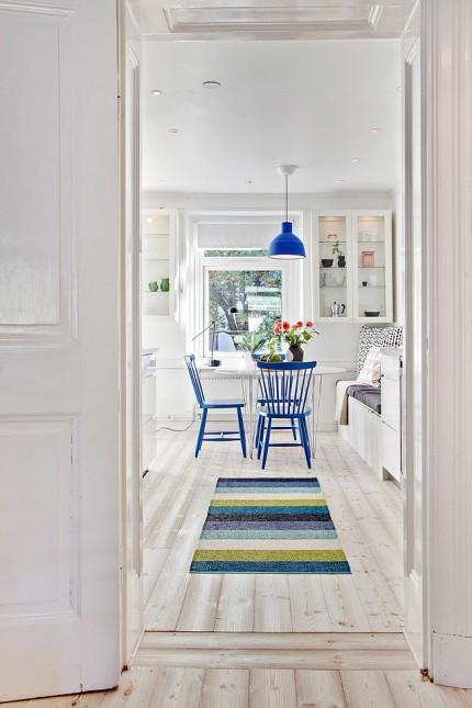 jadalnia w domu,stół do jadalni,stół biały z niebieskimi krzesłami,jak urządzić jadalnię w domu,jadalnia w salonie,nibieska lamoa nad stołem,niebieski kolor w jadalni,wybieramy stół i krzesla