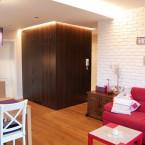 Inspirująca aranżacja polskiego mieszkania w stylu tradycyjnym z białą cegłą w salonie
