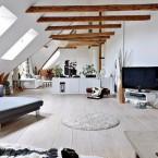 Białe mieszkanie na poddaszu z drewnianymi belkami, bieloną podłogą i ogromną przestrzenią :)