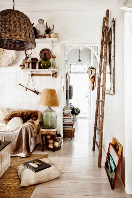 dom w stylu vintage,rustykalne style w aranżacji domu,biało-brązowa dekoracja domu,jesienne dekoracje domu,białe i rdzawe dodatki we wnetrzach,wiklinowe lampy,drewniana drabina dekoracyjna,szklane lampy,