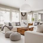 Przepiękna aranżacja w neutralnych barwach szarości i drewna, przepełniona światłem i bielą oraz wyjątkowymi dodatkami :)