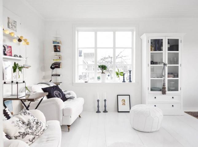 białe wnętrza skandynawskie,skandynawski styl,białe aranzacje w stylu skandynawskim,biały salon skandynawski,salon w białej aranżacji,skandynawski salon w bieli,biała sofa,biała podłoga,białe ściany,biała witryna,biała pufa marokańska
