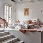 Kolory miedzi, pudrowego różu i szarości w aranżacji białej sypialni – zakupy online