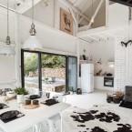 Monochromatyczny dom zaaranżowany w… czarnej stodole, czyli coś z gatunku nadzwyczajnych inspiracji wnętrzarskich ;)
