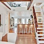Intrygująca aranżacja domu z białym drewnem i czerwoną cegłą oraz romantycznymi dodatkami!