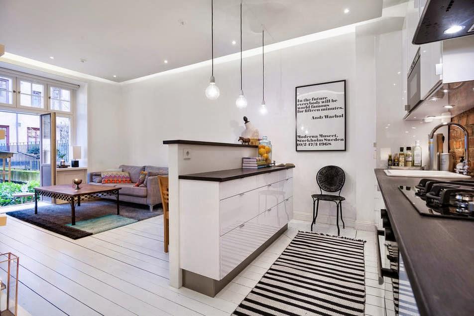 aranżacja białej kuchni i salonu