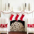 biało-czerwona aranżacja kominka na Święta