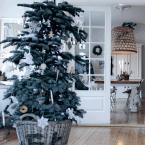 Klimatyczne grudniowe inspiracje, czyli białe świąteczne mieszkanie z… dość oryginalnymi elementami wystroju!