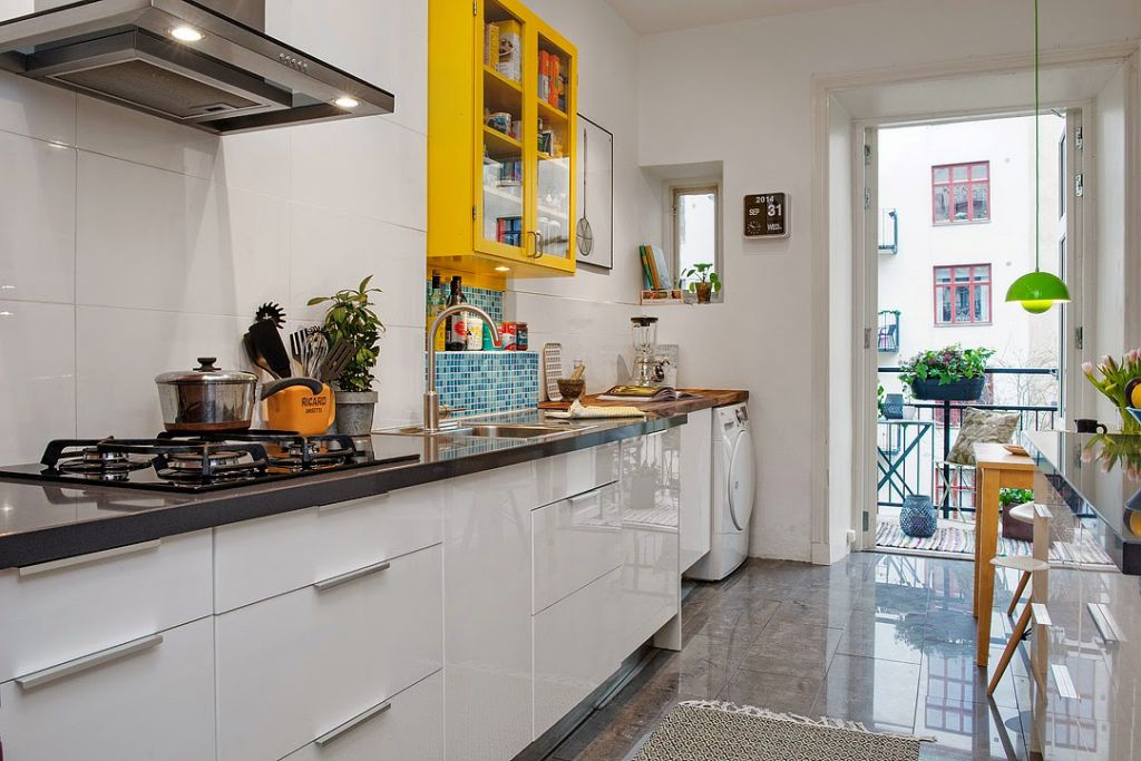 żółta szafka w białej kuchni
