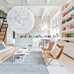 Cudna aranżacja śnieżnobiałego mieszkania z kolorową biblioteką i widokową antresolą :)