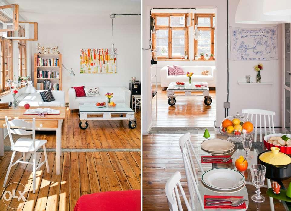 białe mieszkanie z drewnianą podłogą