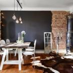 Mieszkanie w skandynawskim stylu z efektowną ścianą w czerwonych cegłach i czerni, i… nie tylko :)