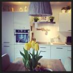 białe deski ścienne w kuchni