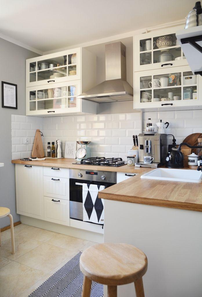 Białe szafki kuchenne z drewnianym blatem i płytkami ala metro w skandynawski   -> Kuchnia Drewniana Bielona