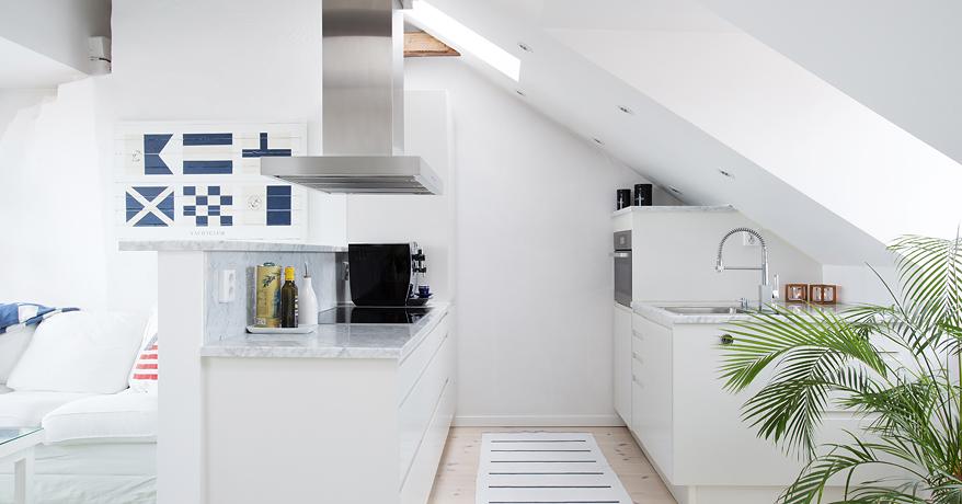 Aranżacja pięknego świeżutkiego mieszkania na poddaszu, w całości -> Kuchnia Z Pokojem Dziennym Na Poddaszu