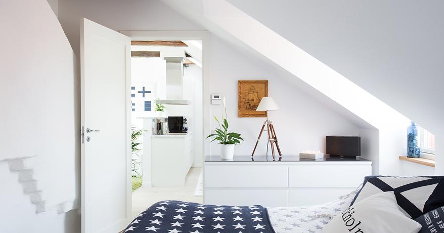 Aranżacja pięknego świeżutkiego mieszkania na poddaszu, w   -> Inspiracje Kuchni Na Poddaszu