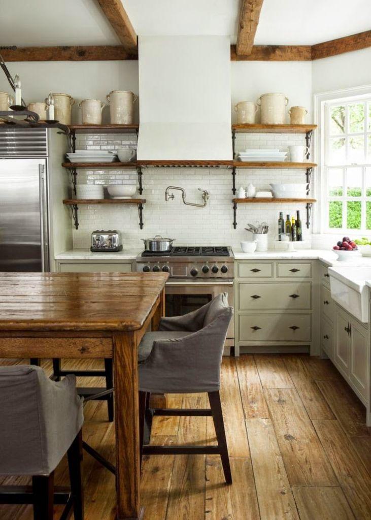 drewniany stół i belki w kuchni