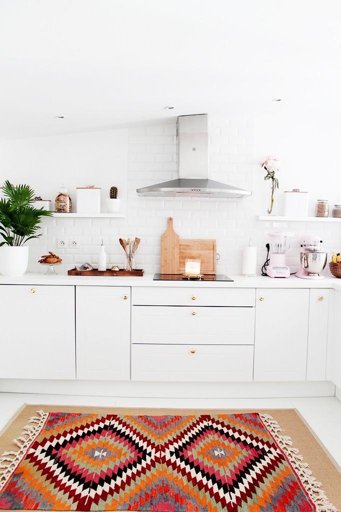kolorowy dywan w białej kuchni