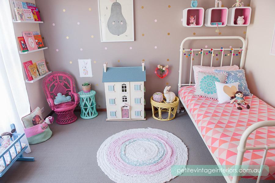 67dc11383c6535 Bezowe ściany w pokoju dziecięcym w połączneiu z miętowym - zdjęcia ...