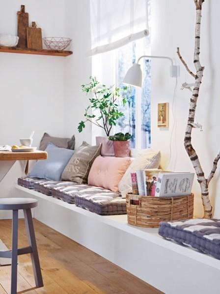 drewniane awki i zabudowane siedziska z poduchami przy. Black Bedroom Furniture Sets. Home Design Ideas