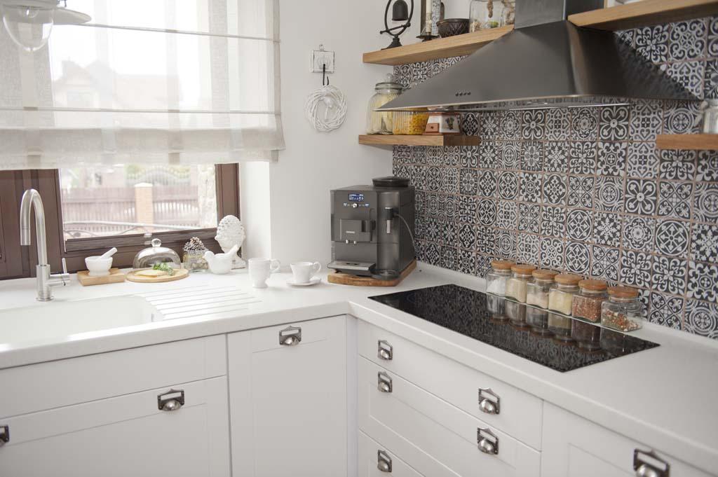 Jak urządzić otwartą kuchnię z jadalnią w białym i beżowym kolorze? -> Kuchnia Rustykalna Kafelki