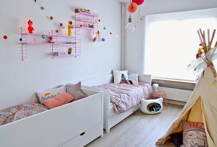 Różowe Półki String W Pokoju Dziecięcym Aranzacja Zdjęcie