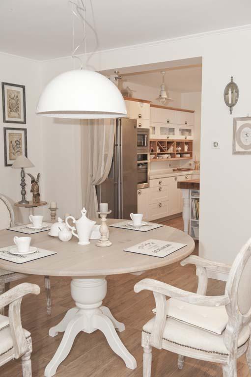 Jak urządzić otwartą kuchnię z jadalnią w białym i beżowym kolorze? -> Kuchnia Prowansalska Nowoczesna
